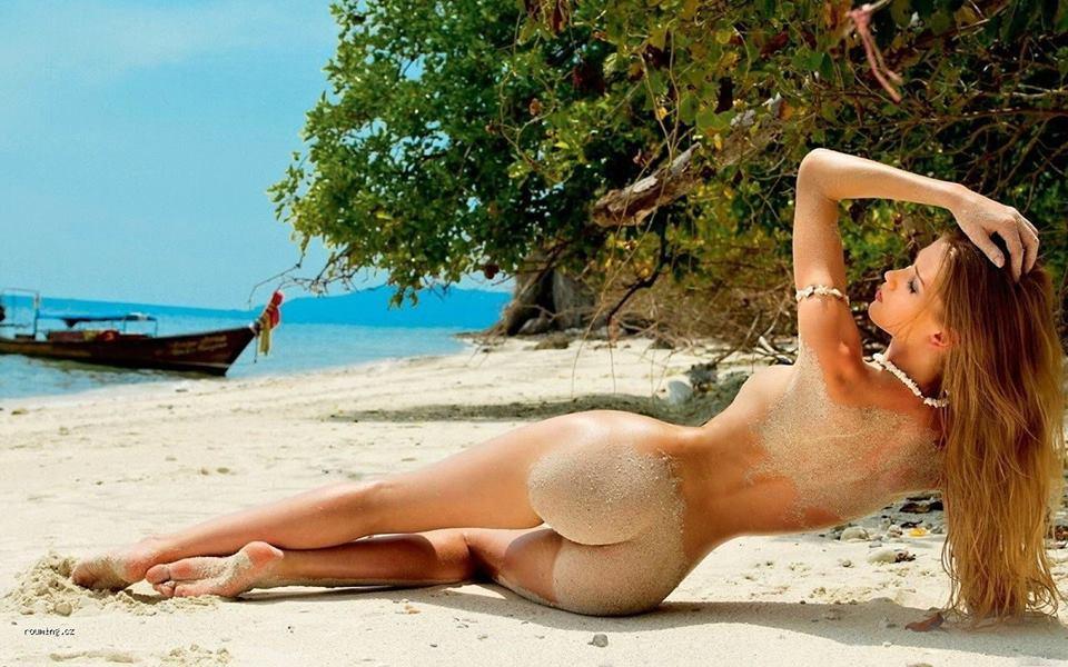 Nahá dívka na pláži a vitamin D